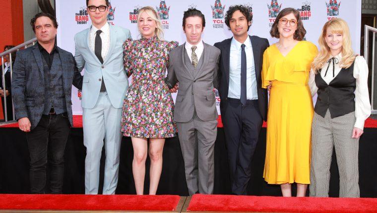Johnny Galecki, Jim Parsons, Kaley Cuoco, Simon Helberg, Kunal Nayyar, Mayim Bialik y Melissa Rauch quedaron registrados en Hollywood (Foto Prensa Libre: AFP).