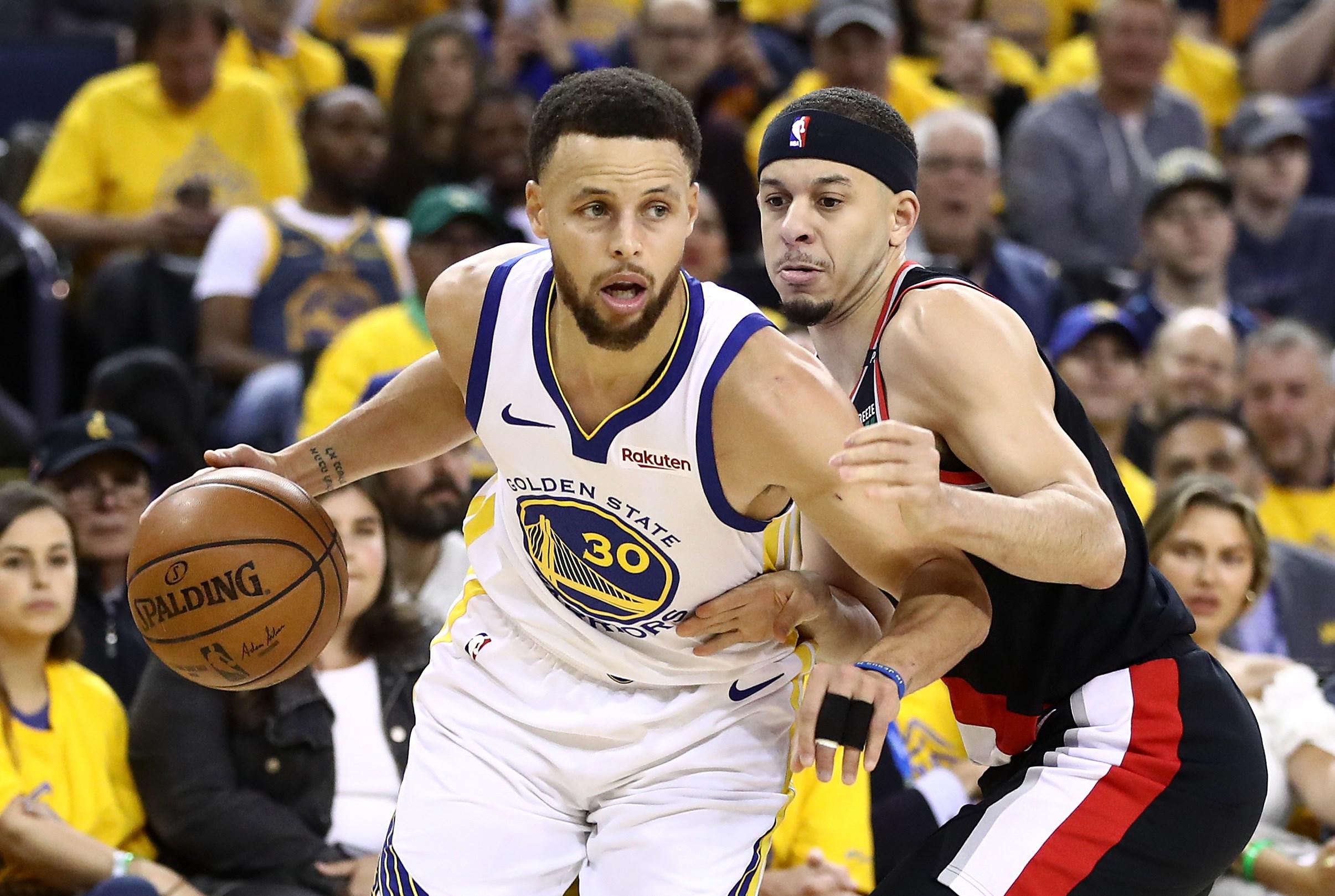Stephen Curry continúa siendo una de las grandes figuras para los Warriors en los playoffs de la NBA. (Foto Prensa Libre:  AFP)