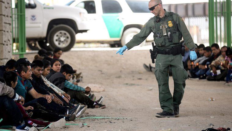 La Fiscalía de Tucson, Arizona, acusa a un agente de abusar de la fuerza y de hacer comentarios racistas contra los migrantes. (Foto Prensa Libre: Hemeroteca PL)