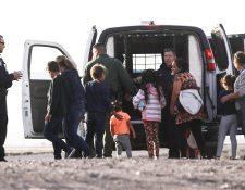 Una familia centroamericana en la frontera EE. UU. México. (Foto Prensa Libre: AFP)