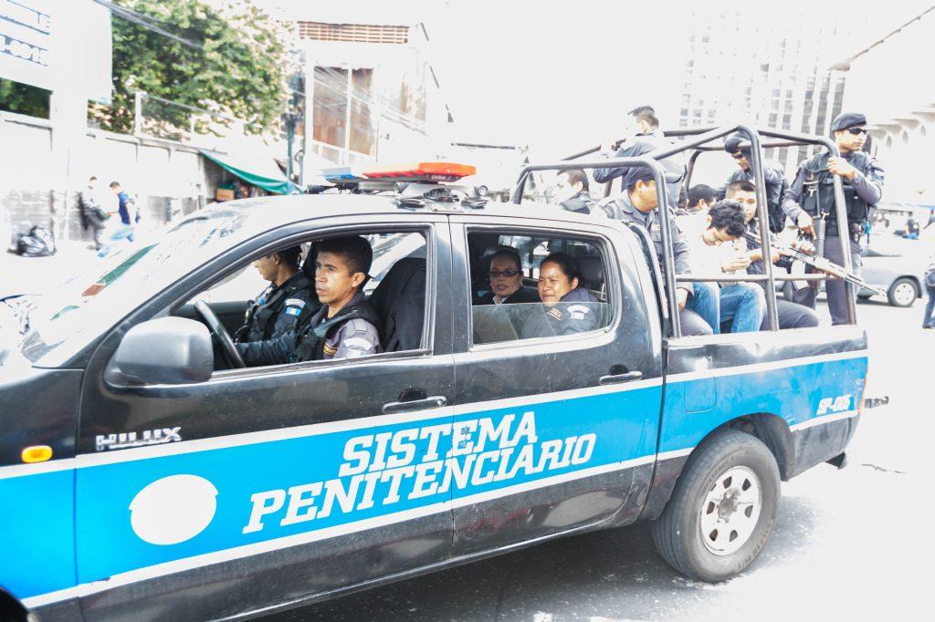 Junto a otras reclusas, la ex mandataria es trasladada a la Torre de Tribunales para una audiencia del caso La Línea. Foto Prensa Libre