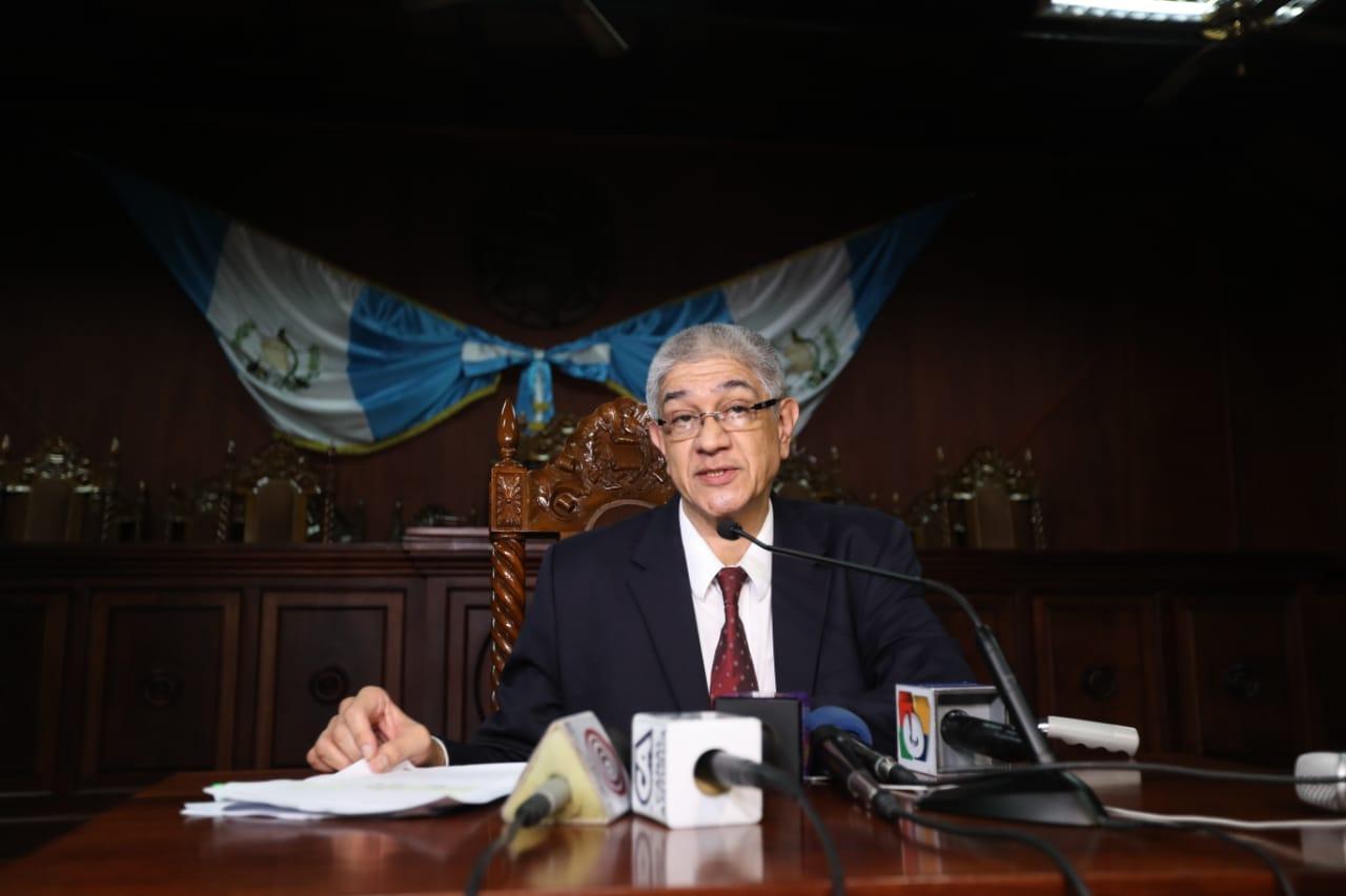 Martín Guzmán, secretario de la CC, informó en conferencia de prensa la resolución de los magistrados en torno  a los candidatos a alcalde. (Foto Prensa Libre: Hemeroteca PL)