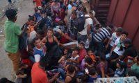 """MEX00. ARRIAGA (MÉXICO), 25/04/2019.- Cientos de migrantes centroamericanos ocupan este jueves, góndolas del tren llamado """"La Bestia"""", en el municipio de Arriaga, Chiapas (México), en espera de que estos sean enganchados para continuar hacia la frontera de Estados Unidos, a pesar de los retenes que las autoridades mexicanas han impuesto para detener su camino. EFE/Carlos López"""