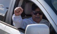 MIA42. MIAMI (FL, EEUU), 01/05/2019.- El expiloto y exiliado cubano Antonio Bascaro, de 83 años, saluda hoy miércoles a su salida de la Institución Correccional Federal (FCI) de Miami, Florida, donde pasó veinte de los 39 años de castigo de la mayor condena en el país por marihuana. Con un copioso desayuno de cuatro huevos, carne de puerco y tocino y luciendo la gorra de los combatientes en Bahía Cochinos, celebró este miércoles su libertad el expiloto y exiliado cubano Antonio Bascaro, que pasó 39 años de prisión en EE.UU. por un delito no violento de tráfico de marihuana. EFE/Giorgio Viera
