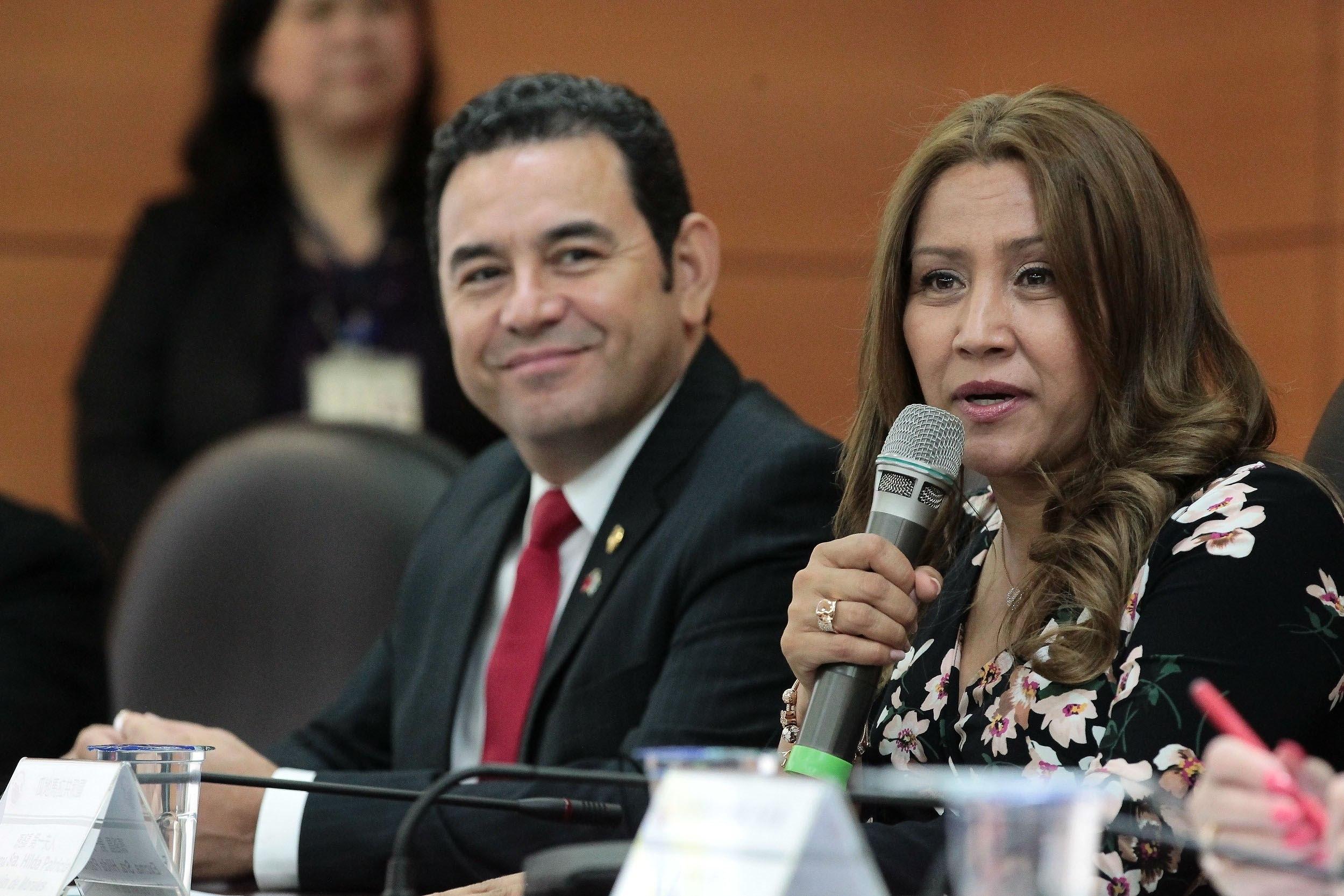 GU3013. TAIPÉI (TAIWÁN), 1/05/2019.- Fotografía cedida por la Secretaría de Comunicación Social de la Presidencia de Guatemala que muestra al mandatario Jimmy Morales (i), y su esposa, la primera dama Patricia Marroquín de Morales (d), en una visita al Hospital de Niños de la Universidad Nacional de Taiwán, este miércoles en el marco de una visita oficial, invitado por la presidenta de ese país, Tsai Ing-Wen, a Taipéi (Taiwán). EFE/ Secretaría De Comunicación Social De La Presidencia De Guatemala SOLO USO EDITORIAL/NO VENTAS