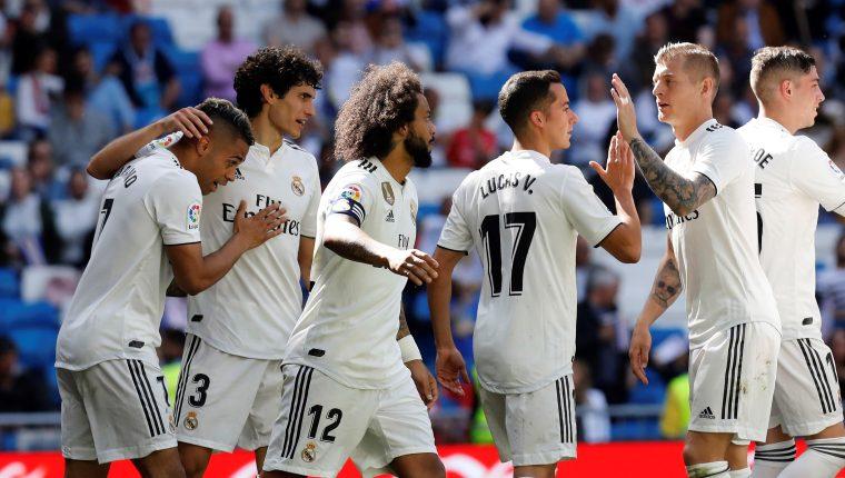 El delantero del Real Madrid Mariano Díaz (i) celebra su gol ante el Villarreal durante el partido de La Liga, que se disputó este domingo en el estadio Santiago Bernabéu (Foto Prensa Libre: EFE/ Juan Carlos Hidalgo)