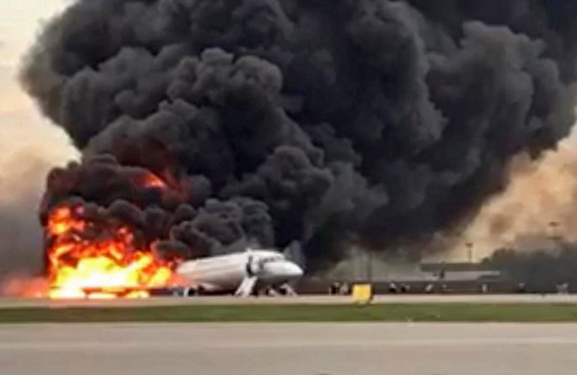 Avión que se incendió en pleno vuelo en Rusia. (Foto Prensa Libre: EFE)