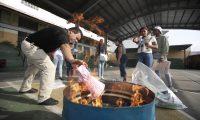 AME9199. CIUDAD DE PANAMÁ (PANAMÁ), 05/05/2019.- Vista de la quema de papeletas de voto tras el cierre de urnas este domingo, en Ciudad de Panamá (Panamá). Los panameños acuden a las urnas para escoger a sus nuevas autoridades en los sextos comicios desde que en 1989 se restableció la democracia en el país. EFE/ Bienvenido Velasco