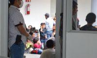 MEX00. CIUDAD VICTORIA (MÉXICO), 06/05/2019.- Personal de epidemiología de México resguarda los camiones donde personal de la Policía Federal y del Instituto Nacional de Migración localizaron y rescataron este martes al menos a 289 migrantes centroamericanos que eran transportados en dos trailers en Ciudad Victoria. Entre los migrantes hay hombres, mujeres y niños, varios de los cuales presentan enfermedades como varicela, viruela y sarampión por lo cual se aplicaron protocolos de seguridad y salubridad para prevenir posibles, brotes informó el Grupo de Coordinación Estatal para la Construcción de la Paz en Tamaulipas. EFE/Alfredo Peña
