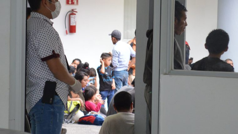 Imagen ilustrativa de la localizaron y rescate de 289 migrantes centroamericanos que eran transportados en dos trailers en Ciudad Victoria, entre ellos varios niños. (Foto Prensa Libre: Hemeroteca PL)