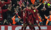 EPA6986. LIVERPOOL (REINO UNIDO), 07/05/2019.- Georginio Wijnaldum (c) de Liverpool celebra con sus compañeros de equipo después de anotar el 3-0 para su equipo en el juego correspondiente a las semifinales de la Liga de Campeones de la UEFA, este martes en el estadio Anfield de Liverpool (Reino Unido). EFE/ Neil Hall