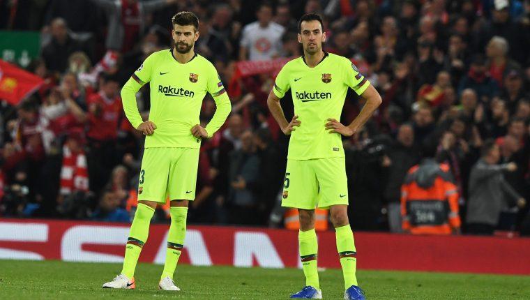 Gerard Pique y Sergio Busquets del Barcelona quedan sorprendidos tras la eliminación de la Champions. (Foto Prensa Libre: EFE)