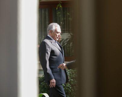 El expresidente de Brasil Michel Temer sale de su casa para regresar a prisión, este jueves en Sao Paulo. (Foto Prensa Libre: EFE)