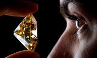 VFL02. GINEBRA (SUIZA), 09/05/2019.- Una empleada de la casa de subastas Christie's posa con un diamante de 118,05 quilates, durante un pase de prensa, este jueves en Ginebra (Suiza). La pieza se subastará el próximo 15 de mayo por un valor de entre 2,5 a 3,5 millones de dólares. EFE/ Valentin Flauraud