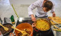 """ACOMPAÑA CRÓNICA EEUU GASTRONOMÍA/ MIA30. MIAMI BEACH (FL, EEUU), 10/05/2019.- El chef español Nacho Romero, del restaurante """"Kaymus"""" en Valencia (España), prepara una paella este viernes durante la inauguración de la feria Fibega en el Centro de Convenciones de Miami Beach, Florida. Fibega, una feria dedicada al turismo gastronómico que en pasadas ediciones se celebró en España y Argentina, se presenta por primera vez a los estadounidenses, los ciudadanos del mundo que más gastan en comer y beber cuando viajan. EFE/Giorgio Viera"""