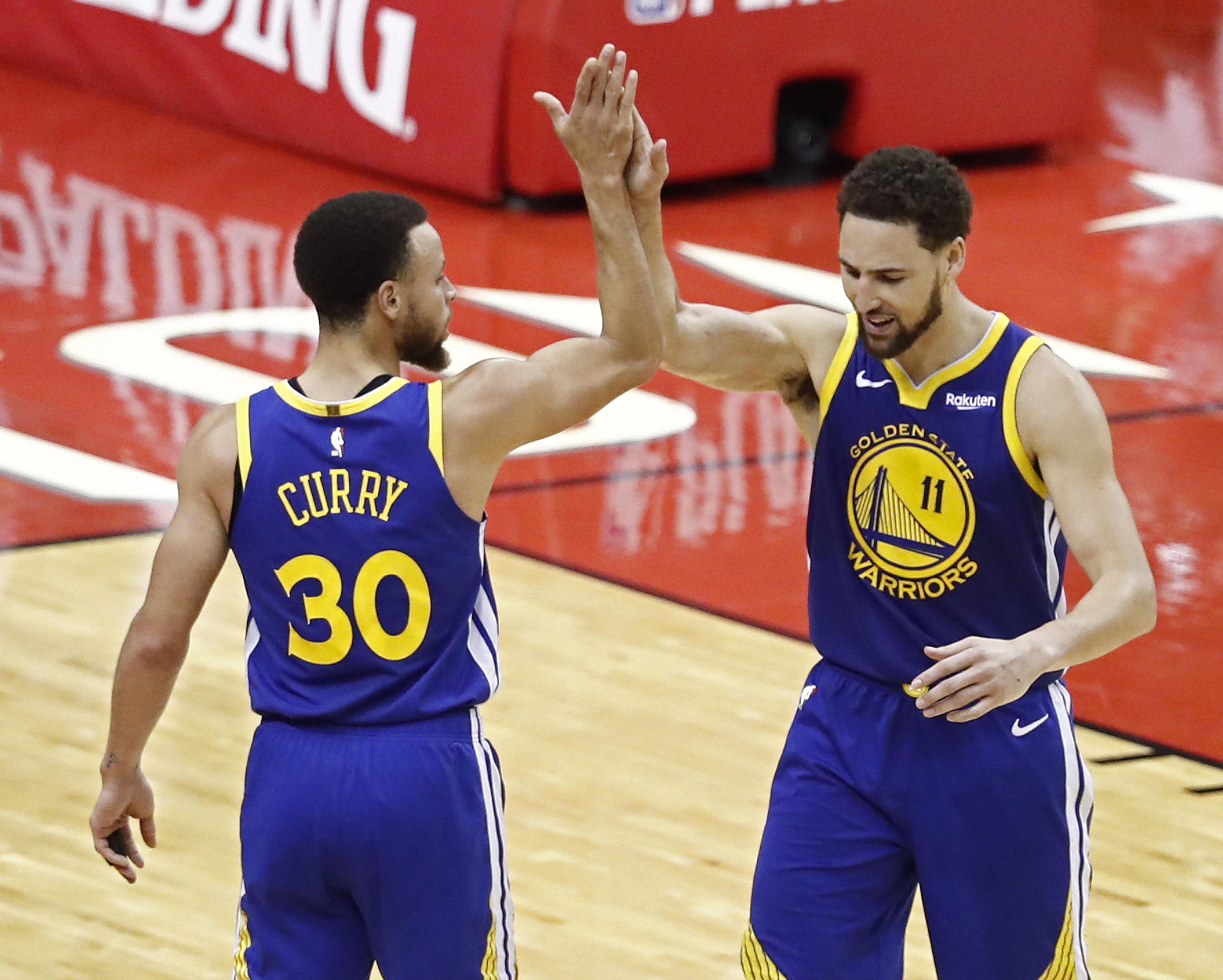 Stephen Curry celebra con Klay Thompson el pase a la final de Conferencia. (Foto Prensa Libre: EFE)
