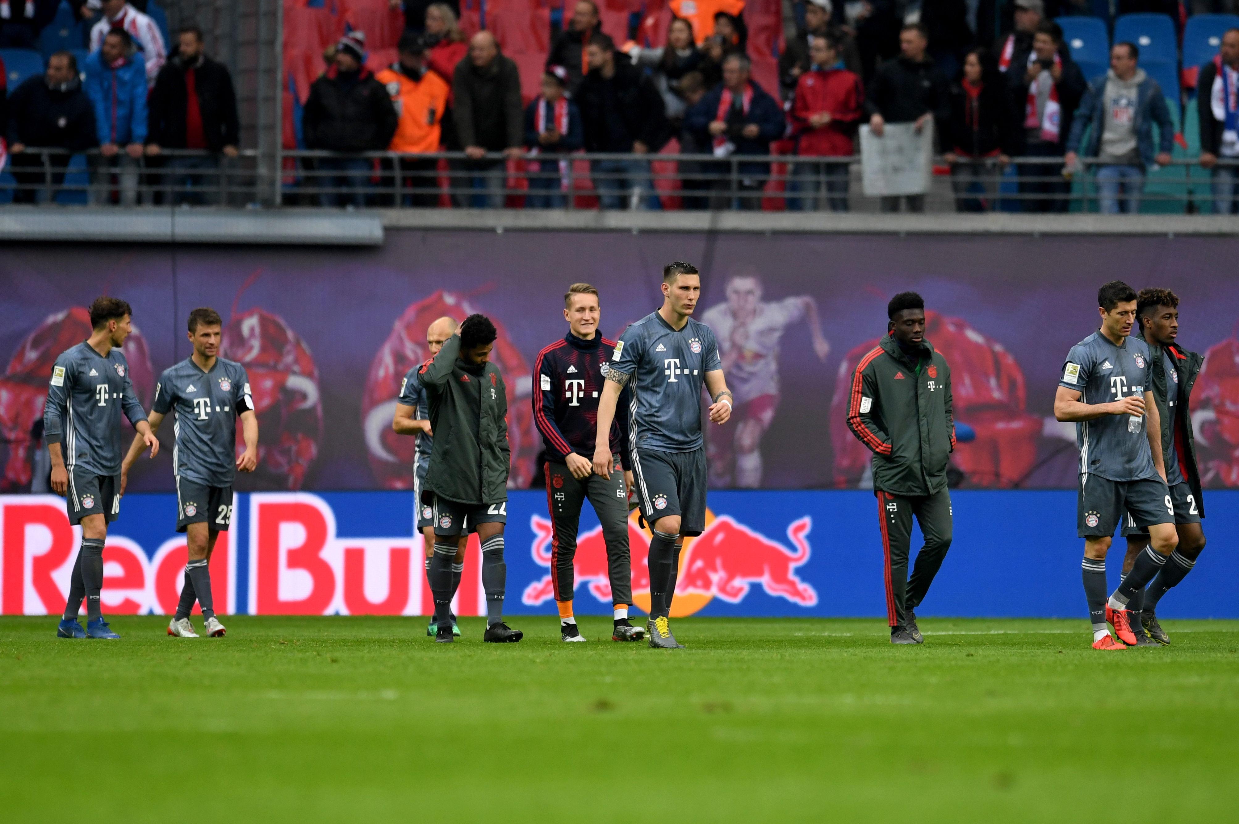 Los jugadores del Bayern Múnich se lamentan no haber ganado y deberán esperar una jornada para coronarse, si ganan. (Foto Prensa Libre: EFE)