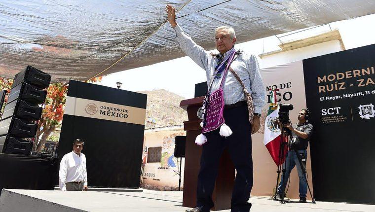 El mandatario mexicano, Andrés Manuel López Obrador, saluda a los asistentes a un acto protocolario este sábado, en el municipio de Tepic, estado de Nayarit (México). (Foto Prensa Libre: EFE)