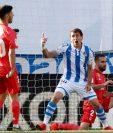 El jugador de la Real Sociedad Mikel Oyarzabal (c) celebra el primer gol de su equipo frente al Real Madrid, durante el partido correspondiente a la trigésimo séptima jornada de La Liga Santander de España, disputado en el estadio Municipal de Anoeta, en San Sebastián (Foto Prensa Libre: EFE)