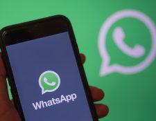 El servicio de mensajería instantánea WhatsApp suele ser una de las aplicaciones que ocupan más espacio en su celular.  (Foto Prensa Libre: EFE)