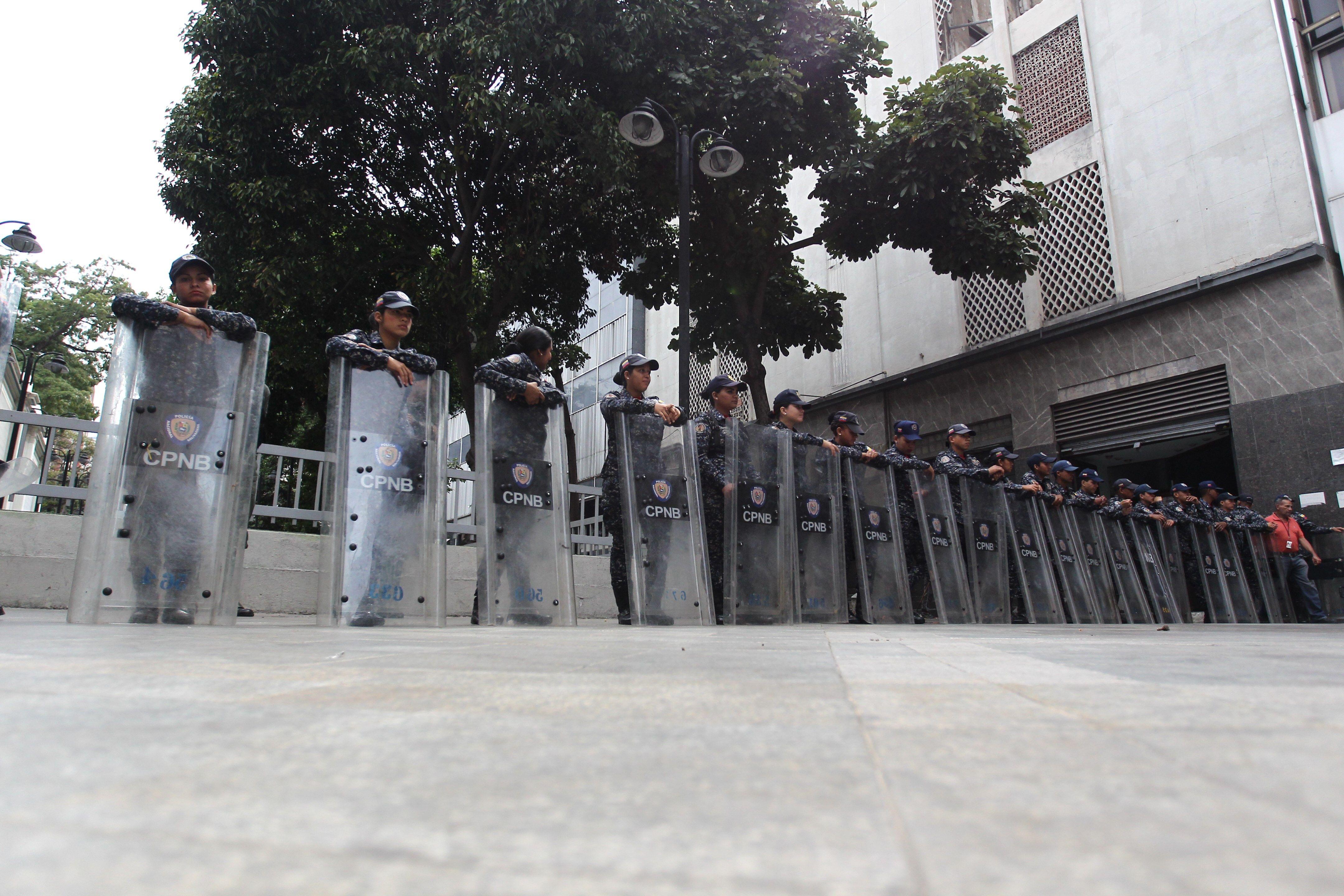 Agentes de las Fuerzas Bolivarianas bloquean el acceso a la sede de la Asamblea Nacional venezolana. (Foto Prensa Libre: EFE)