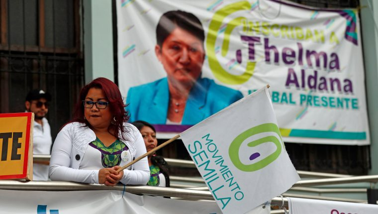 Simpatizantes de Semilla y Thelma Aldana pedían su inscripción, pero la CC la rechazó. (Foto Prensa Libre: EFE)