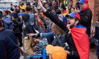 """ELX09. WASHINGTON (ESTADOS UNIDOS), 14/05/2019.- Simpatizantes del líder opositor venezolano Juan Guaidó gritan fuera de la Embajada de Venezuela mientras es ocupada este martes, en Washington (Estados Unidos). Francisco Márquez, asesor del representante en EE.UU. del líder opositor venezolano Juan Guaidó, defendió que las fuerzas de seguridad estadounidenses podrían entrar en cualquier momento y legalmente en la embajada de Venezuela para """"detener"""" a los activistas que permanecen en el edificio. EFE/ERIK S. LESSER"""
