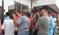 MEX050. TAPACHULA (MÉXICO),14/05/2019.- Migrantes cubanos se concentran a las afueras de la Comisión Mexicana de Ayuda a Refugiados (Comar) para solicitar refugio este martes, en Tapachula, en el sur de Chiapas (México). De enero hasta la fecha han ingresado a México por vía aérea mediante algún tipo de visado unas 65.500 personas de nacionalidad cubana, según datos del Instituto Nacional de Migración (Inami). En las caravanas de migrantes centroamericanos que cruzan México con destino a Estados Unidos se han incorporado unos 6.000 cubanos. Al menos 500 han sido deportados en lo que va de año. EFE/José Torres