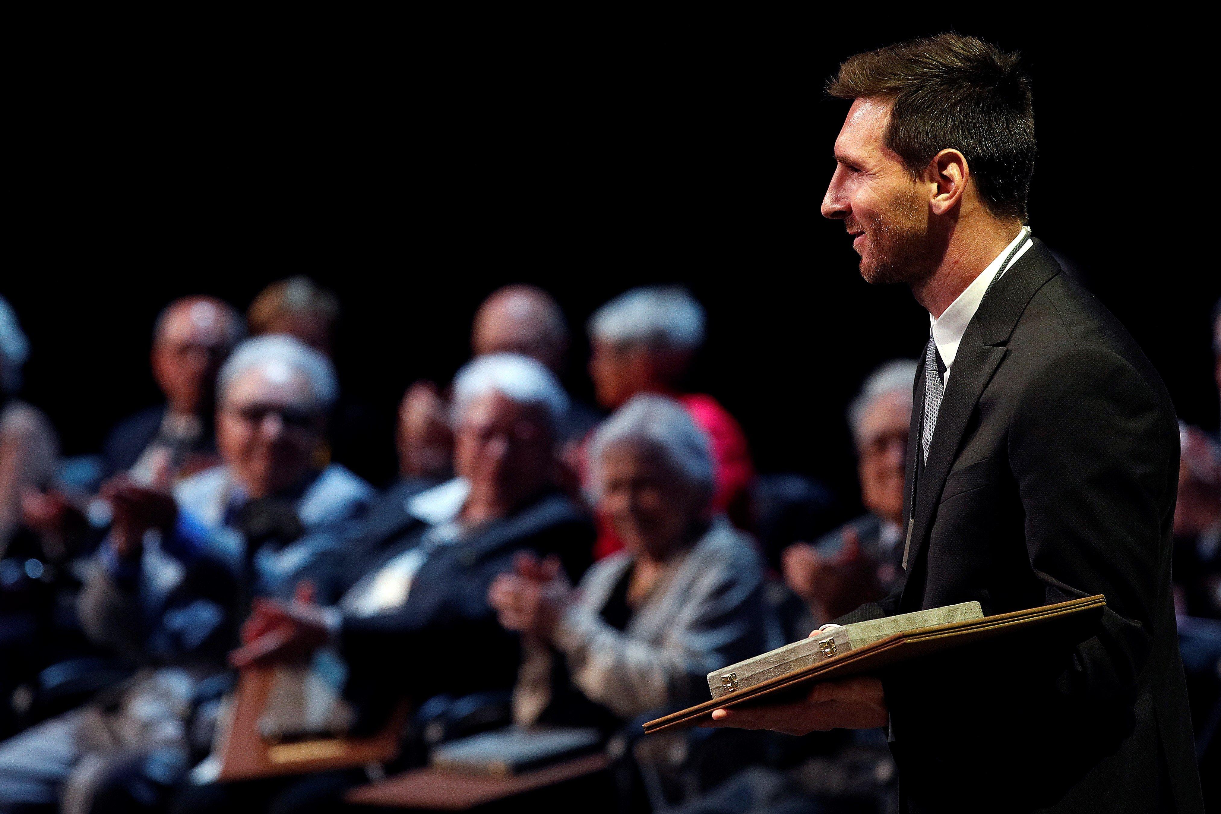 El argentino Lionel Messi está feliz por la condecoración. (Foto Prensa Libre: EFE)