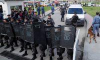 """AME3841. BOGOTÁ (COLOMBIA), 17/05/2019.- Miembros del Instituto Nacional Penitenciario y Carcelario (INPEC) custodian la entrada de la cárcel La Pictoa luego de que se recapturara al exjefe guerrillero """"Jesús Santrich"""" (fuera de cuadro) este viernes, en Bogotá (Colombia). Santrich salió fugazmente este viernes de la cárcel bogotana de La Picota, después de 403 días detenido por solicitud de EE.UU., que lo pidió en extradición por narcotráfico, y luego de que la Justicia Especial para la Paz (JEP) denegara ese pedido y ordenara su libertad. Santrich salió de La Picota en una silla de ruedas y rodeado por agentes del Instituto Nacional Penitenciario y Carcelario (Inpec), de la Fiscalía y de la Policía. Sin embargo, nada más traspasar la puerta principal de la cárcel, agentes del Cuerpo Técnico de Investigación (CTI) de la Fiscalía le leyeron un documento y lo devolvieron a La Picota. EFE/Mauricio Dueñas"""