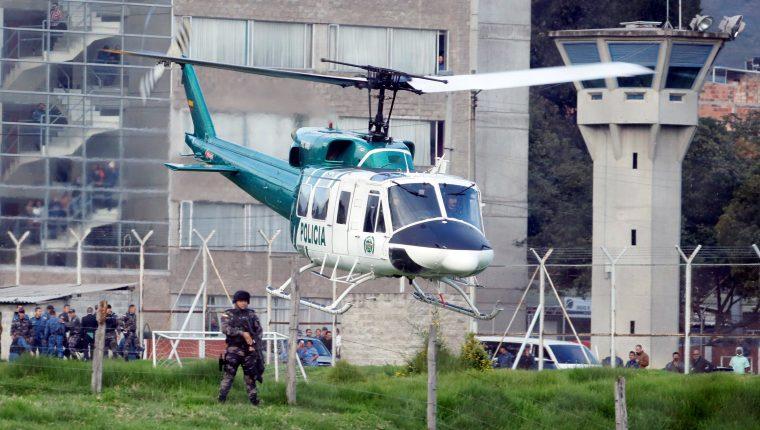 """Un helicóptero de la Policía despega desde la cárcel La Picota con el exjefe guerrillero """"Jesús Santrich"""" (al interior) para trasladarlo a la sede principal de la Fiscalía luego de su recaptura. (Foto Prensa Libre: EFE)"""