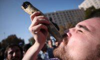 """FOTODELDIA-AME4080. SANTIAGO (CHILE), 18/05/2019.- Un hombre fuma marihuana mientras participa en la edición 15 de la marcha """"Cultiva Tus Derechos"""" por la legalización del autocultivo de cannabis este sábado, en Santiago (Chile). EFE/ Alberto Valdés"""
