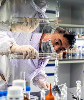 Coronavirus: Monos y horas extras en la carrera por la vacuna en un laboratorio chino