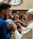 """El papa Francisco (d) firma un balón durante el evento """"Il Calcio che Amiamo"""" (lit. El fútbol que amamos), organizado por el periódico deportivo italiano """"La Gazzetta dello Sport"""". (Foto Prensa Libre: EFE)"""