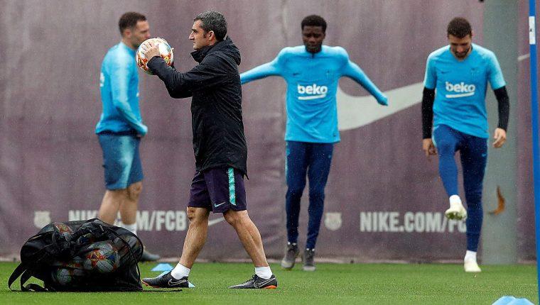 El entrenador del FC Barcelona, Ernesto Valverde durante el entrenamiento que el equipo azulgrana. (Foto Prensa Libre: EFE)