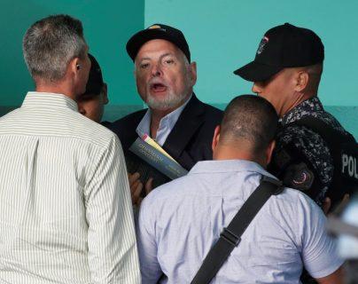 Fotografía fechada el 12 de marzo de 2019 que muestra al expresidente de Panamá, Ricardo Martinelli (c), mientras es custodiado por miembros de la Policía Nacional. (Foto Prensa Libre: EFE)
