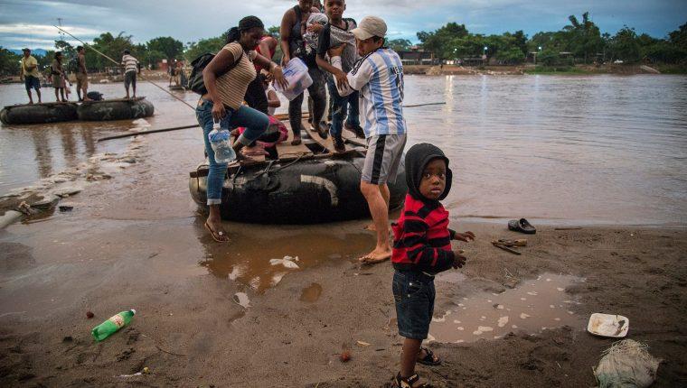 Migrantes provenientes de África y Haití se internan a territorio mexicano  por las márgenes del río Suchiate. EE. UU. pretende que Guatemala se convierta en un tercer país seguro para solicitantes de asilo. El hecho de que ya no se concretara el acuerdo hizo que Trump amenazara con imponer aranceles. (Foto Prensa Libre: EFE)
