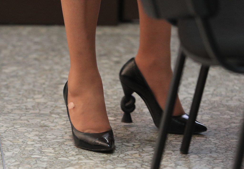 En abril de este año durante la ex mandataria llegó a la Torre de Tribunales portando unos zapatos valorados en Q 3,700. Foto Prensa Libre