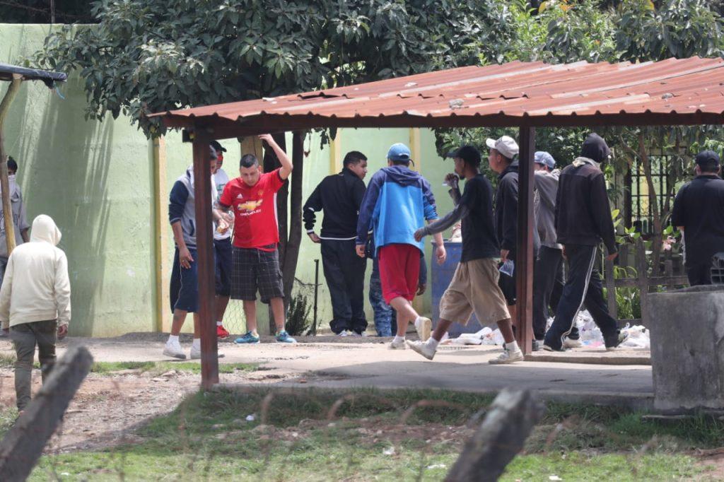 Grupos de  reos se mantienen dentro de las instalaciones de la granja. Foto Prensa Libre: Érick Ávila