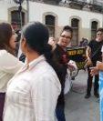 Diputada Patricia Sandoval (izq) saluda con ironía a un manifestante.