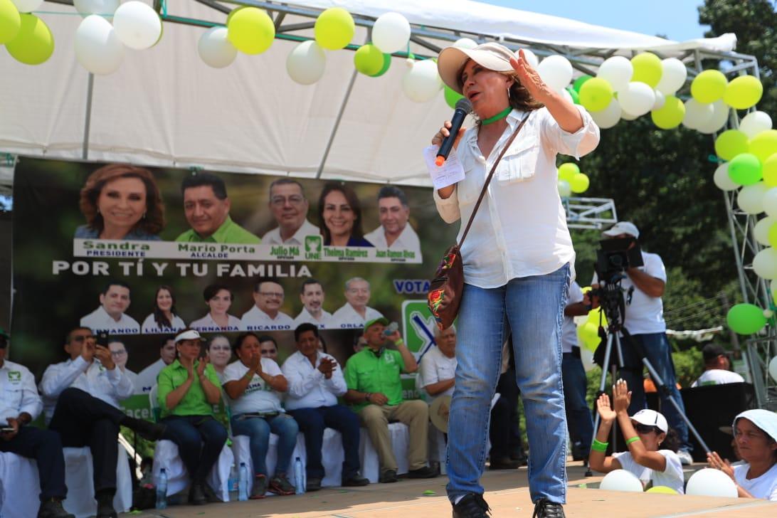 Sandra Torres se dirige a vecinos de Puerto Barrios, Izabal. (Foto Prensa Libre: Carlos Hernández)