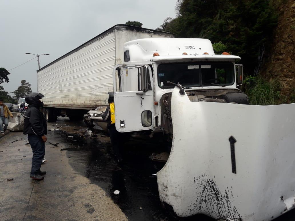 El piloto del tráiler huyó del lugar luego del accidente. (Foto Prensa Libre: PMT de Santa Catarina Pinula)