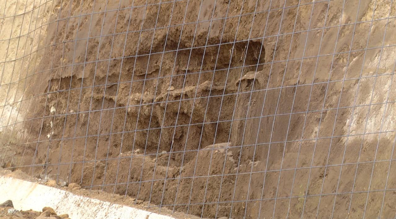 En algunas partes que ya presentan daños significativos en el libramiento de Chimaltenango se colocaron mallas de hierro para ser reforzadas con concreto posteriormente. (Foto Prensa Libre: Andrea Domínguez)