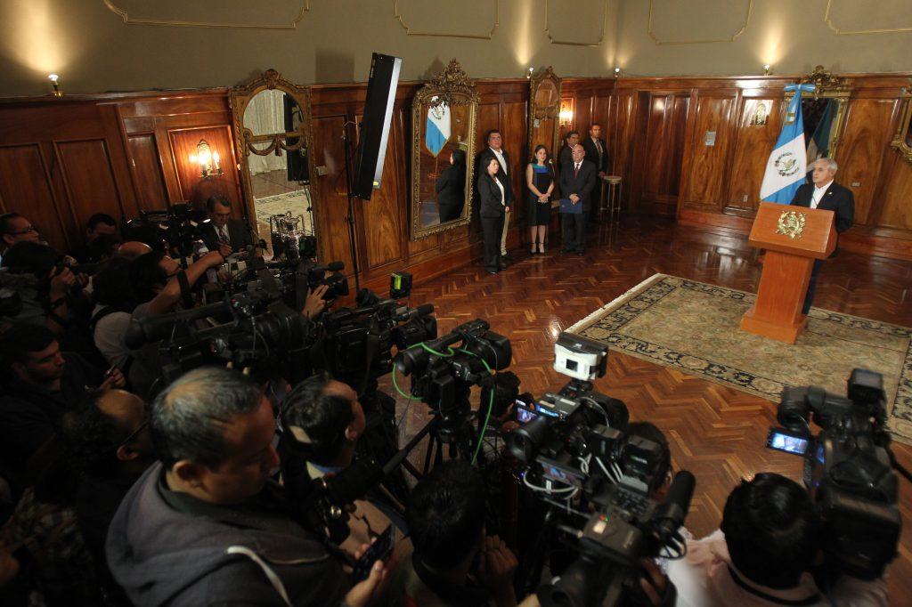 En una conferencia de prensa el ex presidente Otto Perez Molina, anuncia la renuncia de la ex vicepresidenta Roxana Baldetti el 8 de mayo de 2015.  Foto Prensa Libre