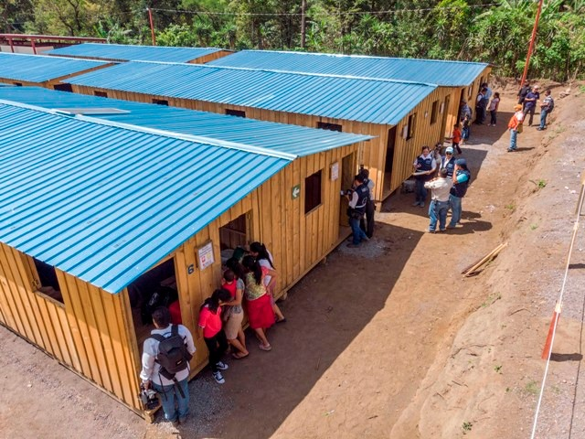 Las familias afectadas viven en Albergues Temporales de Transición que fueron habilitados tres meses después de la violenta erupción del volcán. (Foto Prensa Libre: Conred)