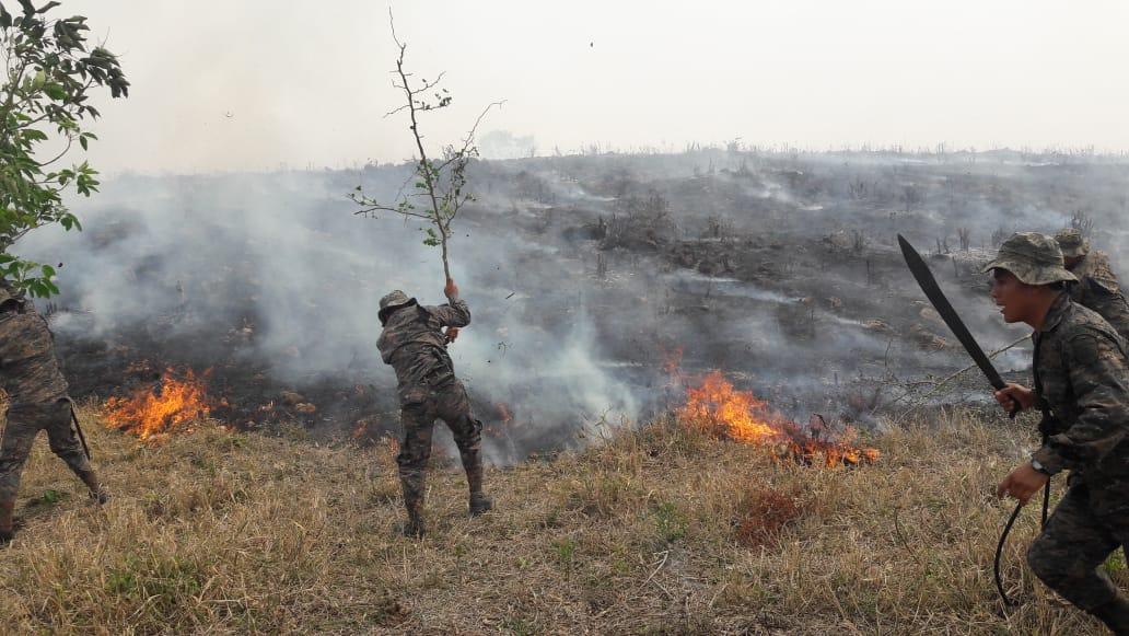 Las bridas del Ejército combaten los incendios forestales en el norte de Petén. (Foto Prensa Libre: Ejército de Guatemala)