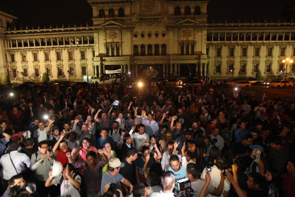 Cientos de guatemaltecos se reunieron la noche del 8 de mayo de 2015 para celebrar la renuncia de Baldetti. Foto Prensa Libre