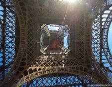 La Torre Eiffel vista desde abajo en una imagen de archivo. (Nermin Ismail, Deutsche Welle)