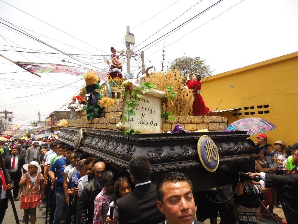 Las andas procesionales son llevadas por 26 personas por turno. Foto Prensa Libre: Néstor Galicia