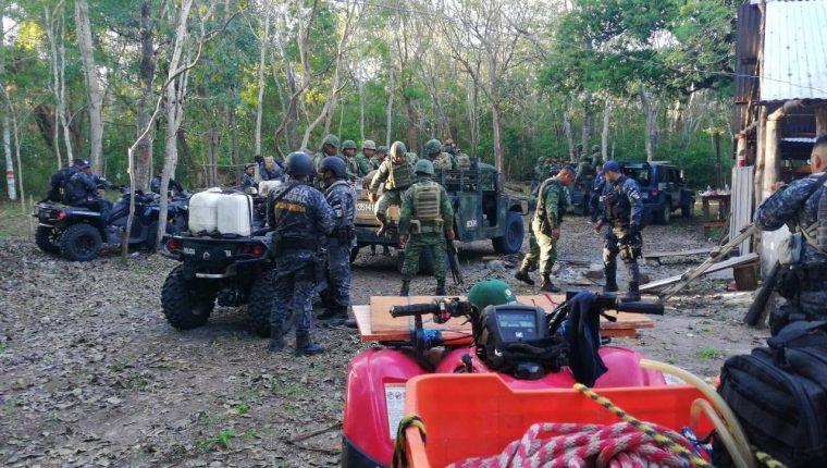 Guardarecursos, soldados guatemaltecos y mexicanos hacer operativos en un área selvática de Petén. (Foto Prensa Libre: Cortesía Francisco Asturias)